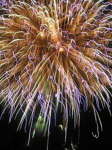 花火の発色剤として麻炭の粉が使用される